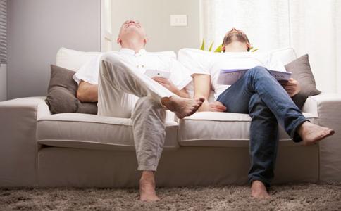 男人抖腿是什么原因 男人为什么爱抖腿 男人总是喜欢抖腿是怎么回事