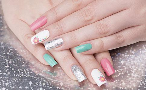 夏天涂什么颜色指甲油最好看 夏天应该涂什么颜色指甲油 夏天手指甲应该涂什么颜色