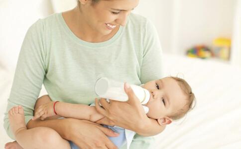 新生儿喝牛奶上火怎么办 新生儿喂养护理知识 宝宝适合喝什么牛奶