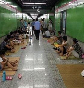 地铁站避暑引争议 50米过道近百人纳凉