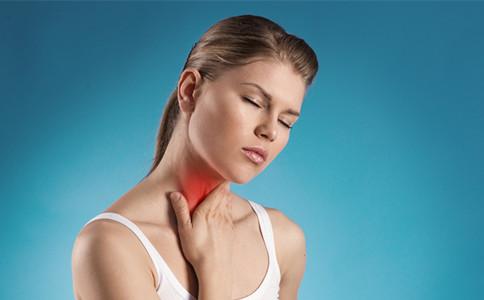 女性脖子喉结处有个洞