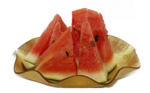 夏季吃西瓜有什么讲究 西瓜的功效与作用 切开的西瓜如何保存