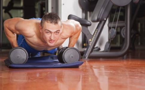 练习俯卧撑对人有哪些好处 练习俯卧撑的方法 俯卧撑要如何练习