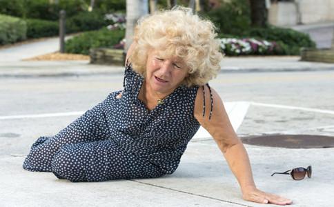 老人為什麼容易跌倒如何預防老人跌倒預防老人跌倒的方法