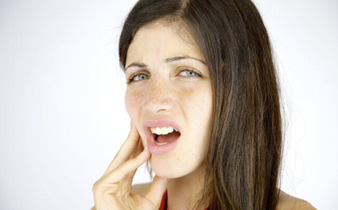 口腔溃疡的病因有哪些 口腔溃疡的原因 口腔溃疡如何预防