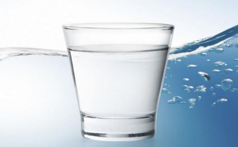 新生儿可以喝甜水吗 宝宝喝什么水好 宝宝睡前喝水好吗