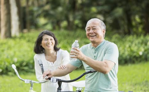 老人喝水有什麼好處老人喝水的注意事項老人為什麼要多喝水
