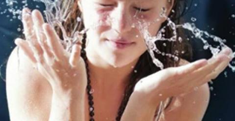 用什么水洗脸能变白 怎么洗脸可以变白 吃什么中药能变白