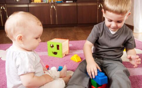 如何教育两个孩子 大宝欺负二宝怎么办 大宝不同意生二胎