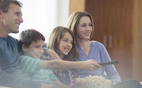 宝宝爱看电视怎么办 2岁宝宝总看电视怎么办 宝宝看电视时间长