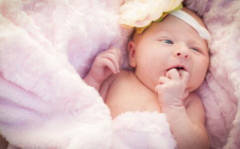 宝宝咳嗽吐奶怎么办 快用热水袋敷背_0-1岁护