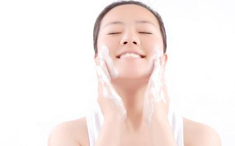 怎么洗脸才正确 正确的洗脸方法 怎么洗脸能抗皱纹