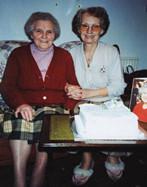 英国两姐妹庆百岁生日 荣获英女王贺卡祝福