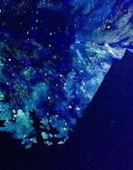 美女子在墙上画夜空图 为儿童营造置身夜空的感觉