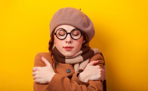 女子冬季穿短裙冻成面瘫 女性冬季防寒窍门 女性冬季如何防寒