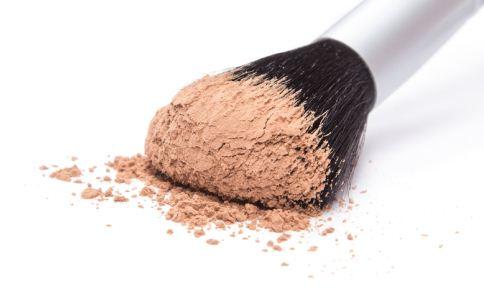散粉与粉饼哪个更好 哪种肤质适合用散粉 什么肤质适合用粉饼