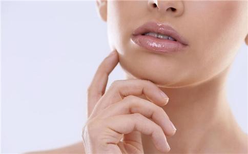 嘴唇干裂脱皮小偏方 如何治疗嘴唇干裂脱皮 嘴唇干裂吃什么好