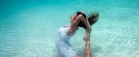 花样水中瑜伽爆红网络 体态柔美很是惊艳