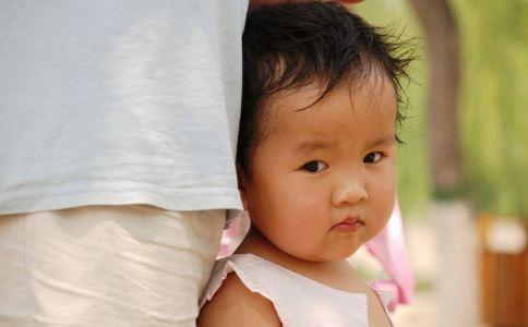 小儿脑膜炎的症状有哪些 小儿脑膜炎的表现有哪些 导致小儿脑膜炎发生的原因有哪些