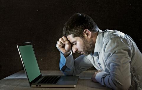小伙加班熬夜致耳聋 耳聋的病因 如何预防耳聋