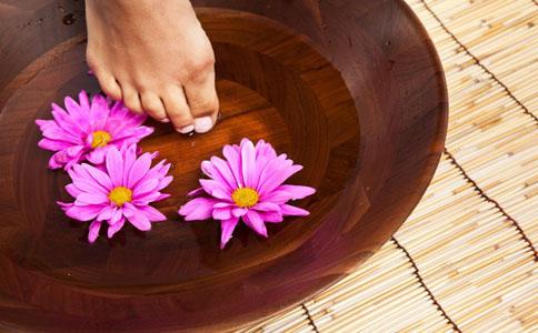 冬季泡脚的好处有哪些 冬季泡脚能治脚气吗 冬季泡脚有什么好处
