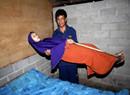 印尼一女子患罕见疾病 身体僵硬形似木头人
