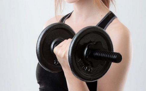 如何使用哑铃 怎么使用哑铃健身 哑铃健身有什么好处