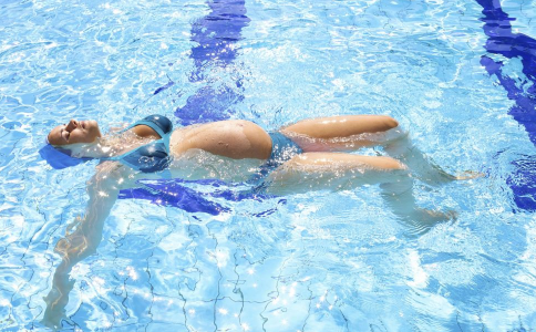 女人怀孕了可以游泳吗 孕妇游泳有什么好处 孕妇游泳注意事项