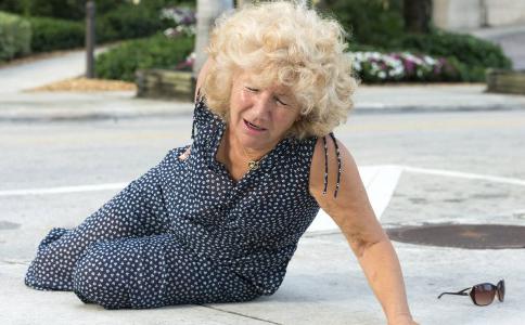 哪些情况下老人跌倒了不能扶 老人如何预防跌倒 老人预防跌倒的方法