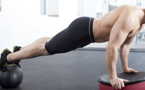 如何用俯卧撑练胸肌 俯卧撑练胸肌的方法有哪些 俯卧撑怎么练胸肌