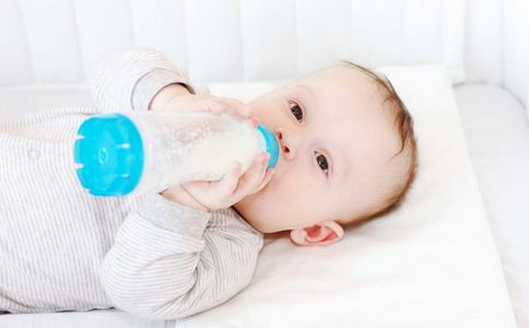 新生儿奶粉的喂养量怎么安排 刚出生的婴儿怎么喂 新生儿吃奶粉消化不良怎么办