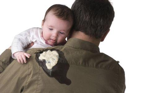 宝宝吐奶怎么解决 宝宝吐奶的原因是什么 宝宝吐奶有哪些方法可以解决