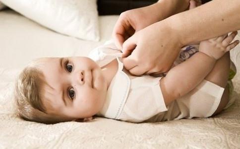 該如何給寶寶穿衣 春季寶寶穿衣搭配 如何幫寶寶穿衣服