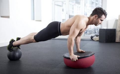 俯卧撑怎么做才能练出胸肌 俯卧撑如何练胸肌 俯卧撑练胸肌