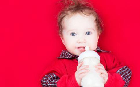 错误的冲奶粉方法 冲调奶粉的注意事项 冲奶粉的注意事项