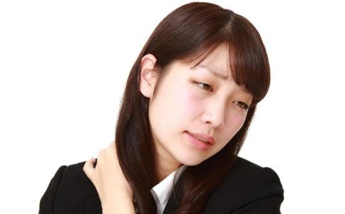 低头玩手机有什么危害 如何预防颈椎病 玩手机会导致颈椎病吗