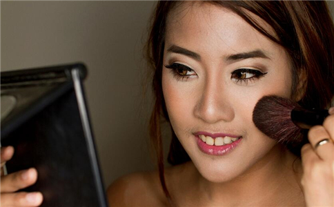日常生活如何补妆 如何快速补妆 补妆怎么做
