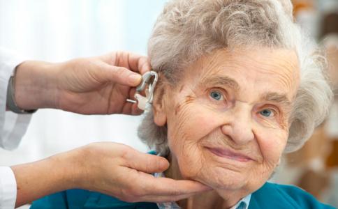 老人如何正确选择助听器 老年人戴助听器好吗 如何保养助听器