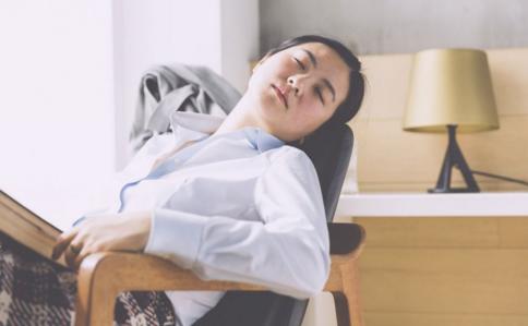趴桌子上睡觉的危害 午睡正确姿势 午睡有什么好处