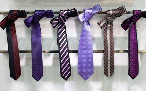 打领带要注意什么细节 领带的打法 打领带的长度