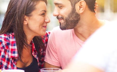 男人喜欢女人是什么样的 男人对女人动真情的表现 怎么知道男人是否喜欢自己