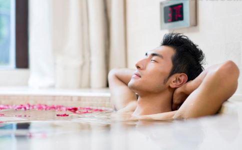洗热水澡会导致男性不育吗 导致男性不育的原因是什么 男性不育不能吃什么