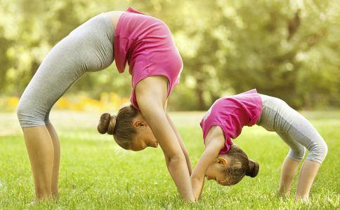 亲子瑜伽有哪些 亲子瑜伽怎样练 如何锻炼亲子瑜伽