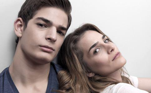 前男友还爱你的表现 如何挽回前男友 男人爱你的表现