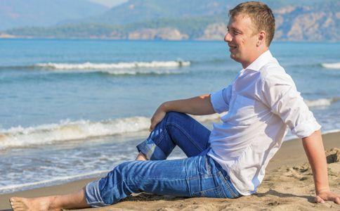 男人穿牛仔裤如何搭配 穿牛仔裤注意什么 穿牛仔裤搭配方法