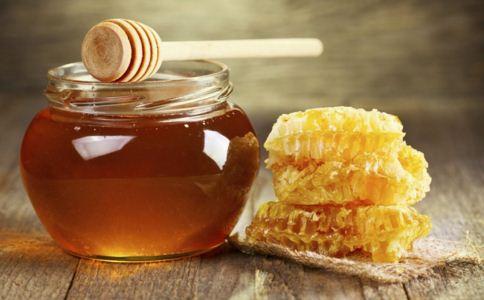 春季吃蜂蜜有什么好处 蜂蜜不能和什么一起吃 哪些人不能吃蜂蜜