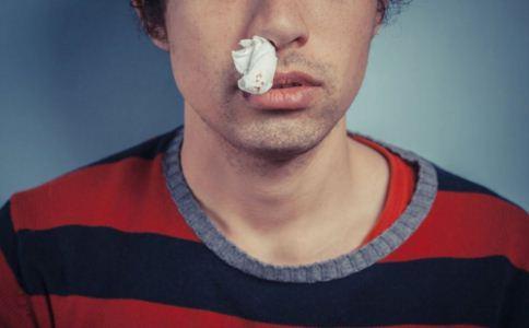 突然流鼻血怎么回事 高血压患者流鼻血有什么危害 流鼻血怎么办