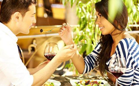 男人对你有感觉的表现 男人哪些表现说明喜欢你 男人喜欢你会有哪些表现