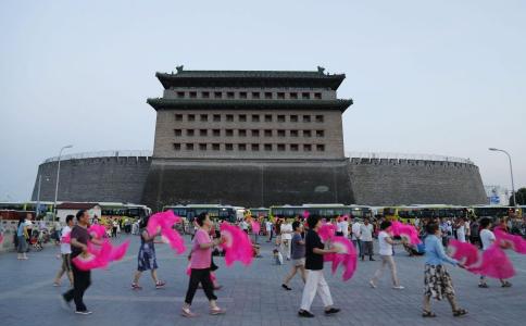 5岁女孩领舞引围观 跳广场舞的好处 5岁女孩领广场舞