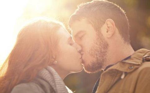 女人接吻有好处吗 女人常接吻的好处 情侣接吻前的注意事项